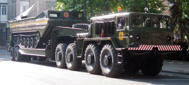 МАЗ-537 перевозит БТР